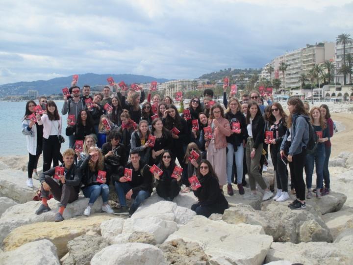 Die studentische Gruppe am Strand von Cannes mit den von der Circon Verlag GmbH gespendeten Büchern (Foto: M. Blancher)