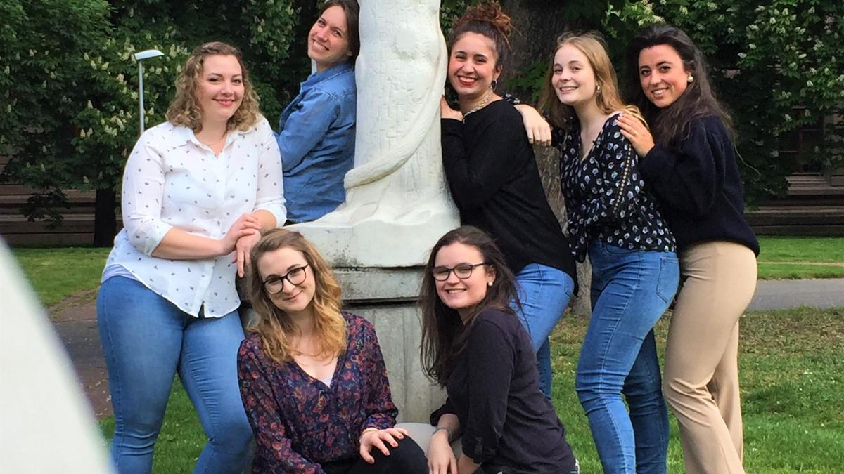 Die Fachgruppe Germanistik im Sommer 2018 auf dem Campusgelände.