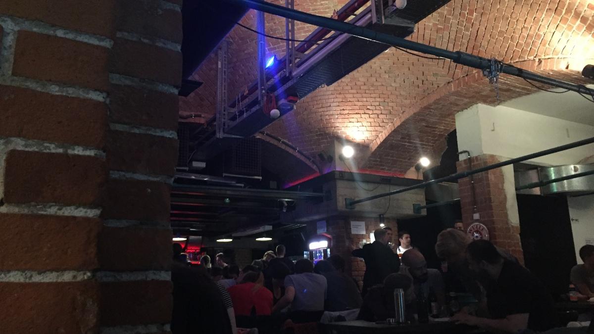 Rätseln beim PubQuiz im Juni 2018 im Café Faust.