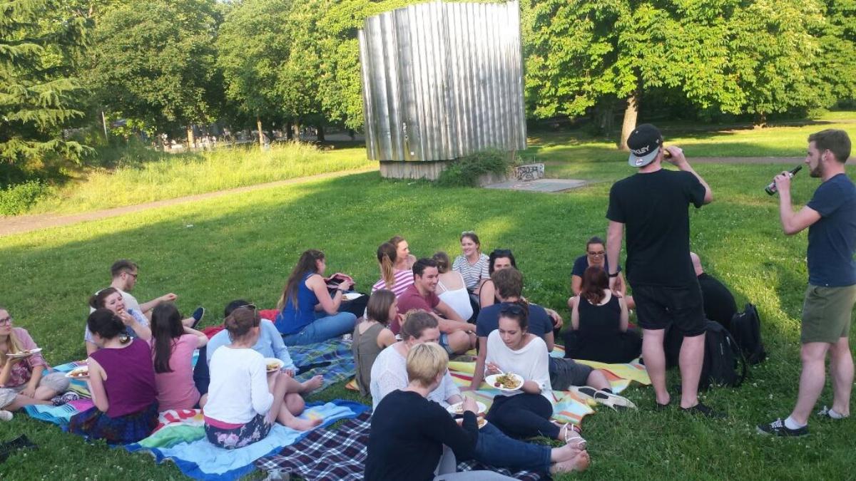 Jeden Sommer laden wir euch zu einem Picknick im Freien ein!
